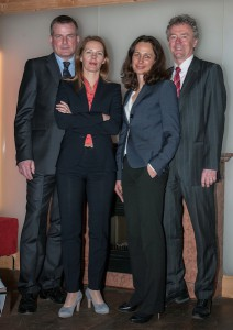 """Die erste Vorstandschaft der neu gegründeten """"Tennisfreunde Grünwald e. V."""": Christian Geigle (1. Vorsitzender), Birgit Rothley (Schriftführerin), Claudia Kuenlen (Schatzmeisterin), Uwe Schröder (2. Vorsitzender) (v. l. n. r.)"""